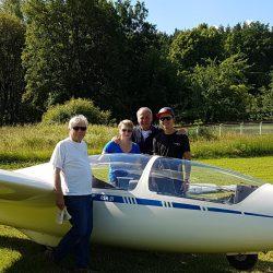Nach erfolgreicher Prüfung: Die frischgebackenen Piloten Roman Babl (rechts) und Lisa Wagemann (2.v.l.) zusammen mit Fluglehrer Egfried Trautenberg (vorne) und Prüfer Matthias Reich (Mitte)